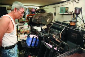 這部德國製海德堡印刷機,是關生當年用三萬元買回來的二手貨,用了 30 多年,依然運作良好。