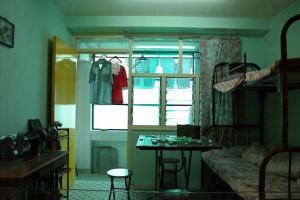 模擬單位展示公屋居民的生活習慣,衣車及麻雀是當年主婦的好朋友。
