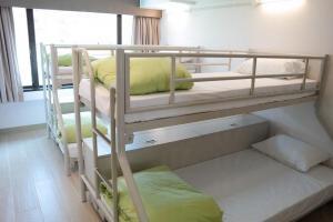 美荷樓青年旅舍八人房,每床位 $300一晚。