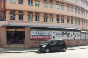 家品店位於南山邨對面,在城大出口旁邊。