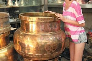 邊樹仲見到有銅器?涼茶舖店面大大個的藥壺,都靠師傅們一手一腳打製。
