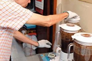 3. 將刨花絲倒進攪拌機攪數分鐘,待渣滓沉澱後再重複攪數分鐘;
