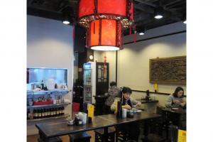 店中央的大紅燈籠很吸引目光。