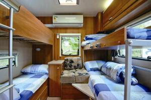 大型露營車內有兩張雙層碌架床,感覺有點似歐洲火車,成年男士都絕對無問題。
