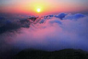 由營地出發,經鳳凰觀日上天梯,走於 1.5 小時便可到山頂,好彩的話還可欣賞著名的鳳凰日出。