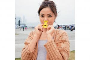 對準口鼻,以鼻噴氣,改變口形就能發出不同音。