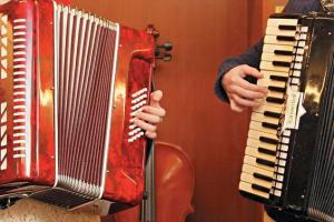 彈奏時,將手風琴像背囊一樣掛在胸前,身要直才會彈得舒服同時看清楚琴鍵。