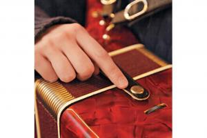 學手風琴必記:每次除下或背上手風琴前,都要先檢查風箱是否扣緊。