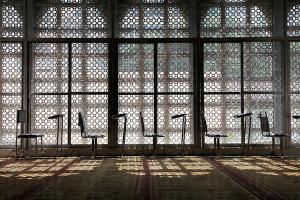 九龍清真寺二樓為大禮拜殿,可容納近千人禮拜,阿拉伯花紋石雕窗框透出陽光,明亮安逸而莊嚴。