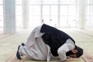 每日按時禮拜五次,朝沙地阿拉伯麥加方向重複站立、鞠躬、叩頭、跪坐敬拜,其間誦念《古蘭朝經》和讚頌真主的祈禱詞。