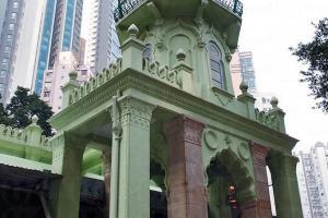 些利街清真寺最初於十九世紀下半葉建成,於1915 年重建,現為一級歷史建築。