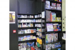店內設有唱片、影片售賣專櫃