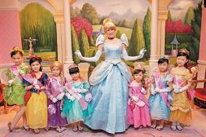 小女孩化身迪士尼公主
