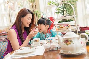 與媽媽一起到香港迪士尼樂園酒店「大廳」一起茶聚,感受皇室家族的高貴氣質!