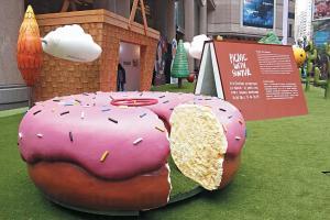 野餐場景的後方有個巨型籃子,內有迷你 畫廊展出 SUNTUR 的插畫和藝術品。