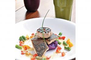 溫的風有機黑蒜法國海鱸魚八道菜晚餐,另配三道前菜、有機作物餐湯、有機香草包及環球鮮果沙巴翁等。