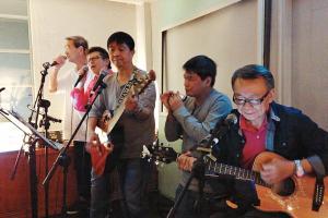 逢星期五有組合「溫的風」live band 表演,而其餘日子亦有音樂表演。