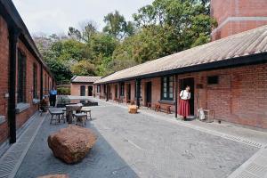 下區保育館介紹館址歷史,展示歷史建築的特色和修復工作,中央為「天光雲影」,水景映照四周樹木及天色。