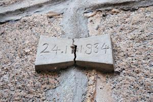 1920 -1936 年荔枝角醫院,收容部分在域多利監獄的囚犯,舊更亭附近的古圍牆上「24.11.1934」字樣,正是那 一段時期。