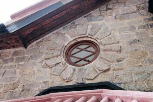 花崗石築砌的圓形窗飾,反映上世紀住宅 Arts and Crafts 的建築風格。