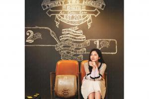 Kenny 親手繪上的粉筆畫,是店內其中一個必影位;戲院凳,也真的可以坐下來欣賞有關 22°N 及店內品牌的短片。