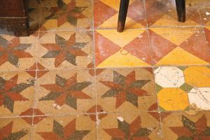地上三四十年代的花紋磚是二樓的主角,還可看到修補過的痕迹,在用色和圖案上都有改變。