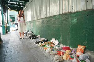 地攤,是深水埗三、四十年代最常見的買賣方式,就連鴨寮街最初也是一個擺滿地攤的集散地。時至今日,到北河街仍然可見,日與夜出現的地攤各有不同,晚上來逛記得帶電筒。