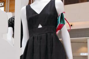 Kev Yiu 提醒香港女性, 挑選一條永遠不過時的小黑裙,質地最好是簡單的棉質,設計上不要太多details,剪裁最好是中腰或高腰,可以令下身更顯修長。