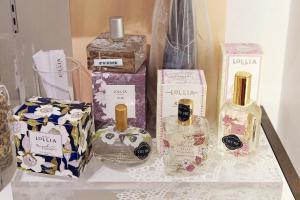 Lollia 以優雅花卉為香薰調配藍本,調配出天然獨特的八大主要香味,配以漂亮花園為設計概念的包裝。