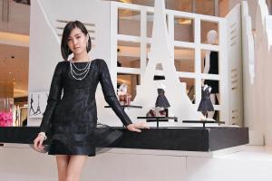 正如 Coco Chanel 最愛的珍珠配黑裙造型打扮,Mikimoto 的頸鏈配襯小黑裙也是最搭調大方。