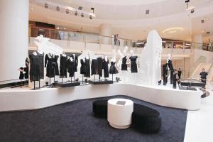 Kev Yiu 推出首個小黑裙系列「Le Noir Zodiac」,他按每個星座的特色設計出十二款風格各 異的小黑裙,來凸顯不同星座的女性的性格特質。