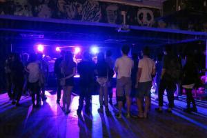 站在台前享受樂隊表演
