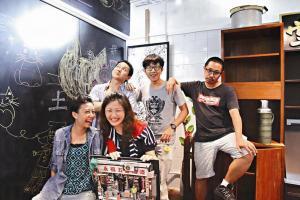 故事館有社工小田1半職媽媽阿玲、藝術工作者王棠坐鎮,還有實習社工阿龍、琳琳和義工們幫忙,好不熱鬧