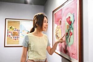 作品有講述母愛,亦有描繪涼茶舖、快餐的畫作