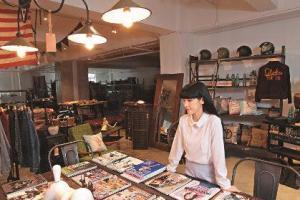 店內售賣外國時裝潮流、設計雜誌,如 《GO OUT》、《popeye》、《Stuff》、《BRUTUS》等。