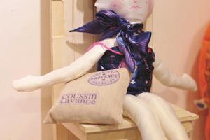 新推出的動物女孩公仔, 連同絲巾及香薰包一套出售。($1050)