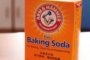明礬(可在藥房購買)有定色作用,於顏色水加入食用梳打粉,可令染布深色點。