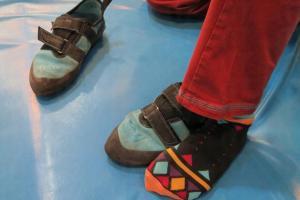 穿上攀石專用鞋時,腳趾需縮起,攀石需用上腳趾的力量
