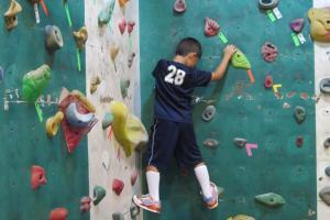 小朋友攀石區:紅線以上的距離需要配帶安全裝備
