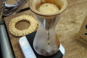 凍手調咖啡Hand-drip,以螺旋形的方式加水,中間不能斷斷續續。