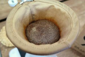 加水後的咖啡開始膨脹,吸收水份。
