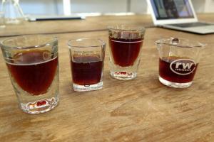 手調咖啡的色澤比較像茶。