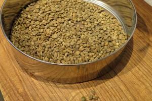 在炒豆前要先揀去參次的豆。
