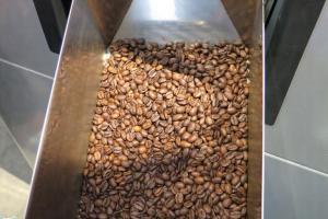 炒好的咖啡豆由青青黃黃變成朱古力色
