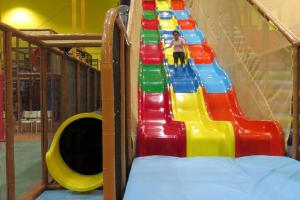 全港最長室內滑梯,30米長的彩色滑梯和「黑洞」。