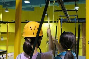 在鋼架上繫上繩索即可開始空中漫步。