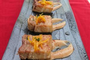 經過72小時慢煮的豬腩肉配桃梅薯蓉。