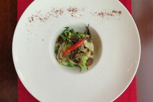 炒墨魚扁意配少辣牛肝菌。