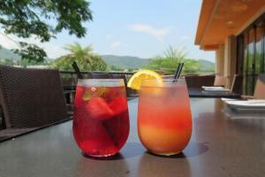 玫瑰酒配伏特加泡過的西瓜,右邊是雜果賓治。