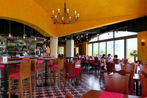充滿西班牙色彩的餐廳,顏色鮮艷,感覺有活力。